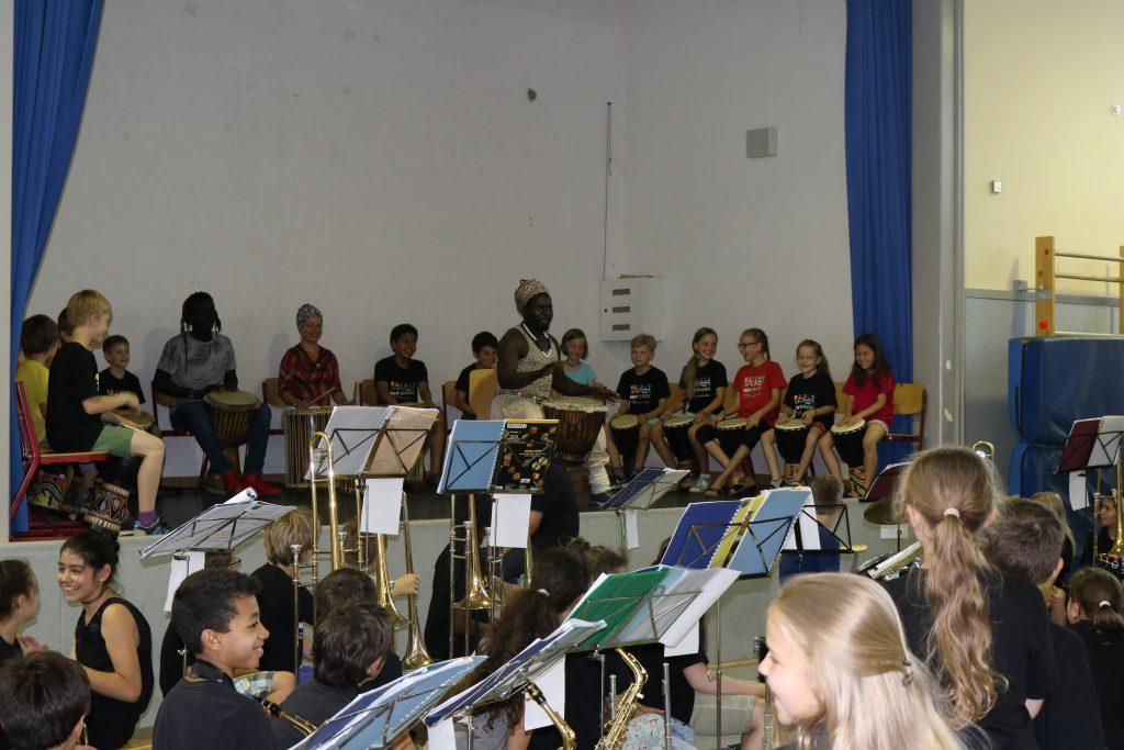 Moulaye Seck begeistert das Publikum mit seiner Trommel AG