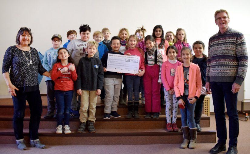 Kinder der 3a übergeben Scheck an Freundschaftskreis Mainz/Kigali