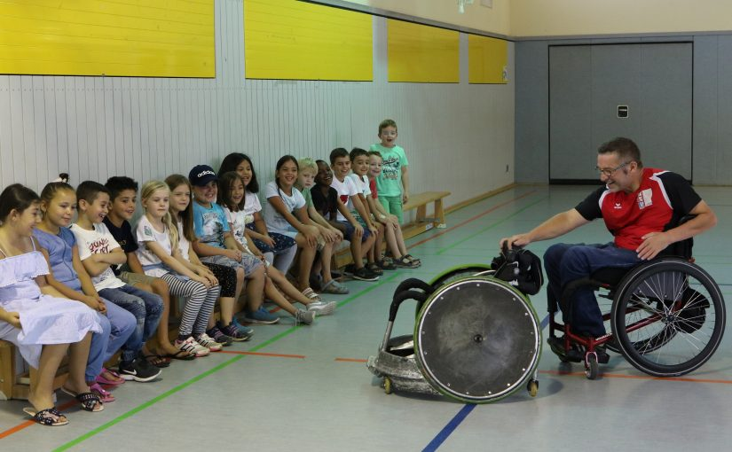 Besuch eines Rollstuhlfahrers